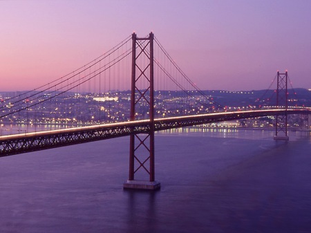 no seriously, this is NOT the golden gate bridge. Its the Ponte 25 de Abril